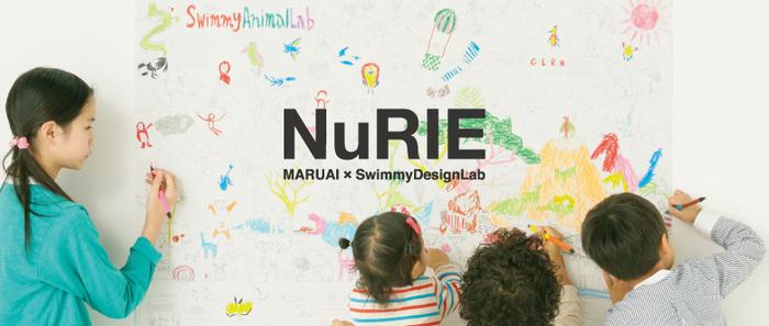 「NuRIE」は、手すき和紙の産地、山梨県市川三郷町にある紙製品のメーカー、株式会社マルアイと、SwimmyDesignLab(スイミーデザインラボ)のコラボレーションによって⽣まれたぬり絵。  そのユニークなサイズ感もさることながら、絵柄もオリジナリティあふれる楽しいストーリーが隅々までデザインされています。  ■商品ラインナップ・・・東京の名所を詰め込んだ「TOKYO TOKIO(No.1)」、世界遺産に認定された富⼠⼭がテーマの「FUJI SUNSUN(No.2)」など、現在No.10まで展開。  ■画材・・・お家にある⾊鉛筆やクレヨンでOK。ペンで着色すると裏写りする場合がありますので、ちょっとテストしてから使用するのがおすすめです。