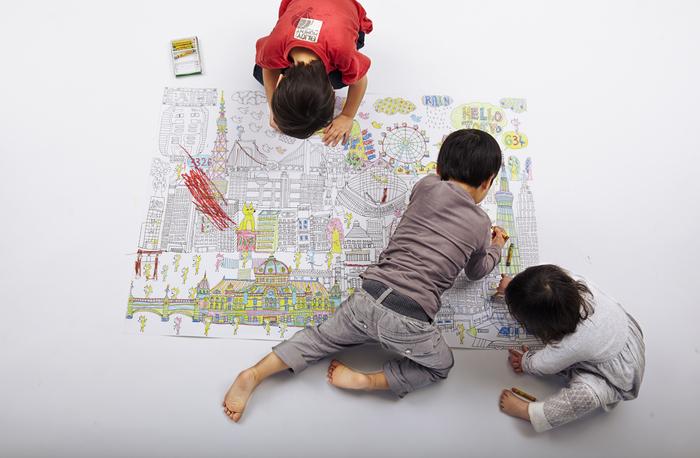 """冒頭から""""巨大""""とご紹介している「NuRIE」の気になるサイズの詳細は…およそ120cm×84cm!A4用紙の16倍になるんです。  だから、今日はココ、次の日はコッチ…と、⼼の赴くまま伸び伸びと楽しめるサイズ感。お家の壁にポスター感覚で貼っておいて、みんなが思い立った瞬間に塗っていくというのも良さそう♪  子供の創造性を育むアイテムとしても、効果を発揮してくれますよ。"""