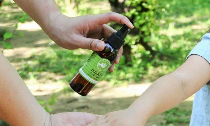 天然由来成分でお肌に優しい虫よけスプレーです。トロネラ、ペパーミント、ユーカリ、ティーツリー、ニアウリなどのエッセンシャルオイルを配合し、清涼感のある爽やかな香りが特徴です。生後6か月の赤ちゃんから使えるお肌に優しい処方です。