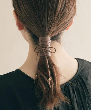 今年よく目にする、髪にぐるぐると巻き付けるヘアリボン。リボンにレザーを使用しているので、大人のヘアアレンジにも◎。リボンの端にゴールドのパーツがついているので、素材がレザーでも重くなりません。いつものポニーテールに巻き付けるだけで、一気にトレンド感満載のヘアアレンジになりますよ。