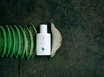 UVカット機能(SPF20程度)を持った美容液で、お肌に潤いやハリを与えながら、紫外線から守ってくれます。ワイルドクラフトの大和茶の茶葉・茶花・茶実のほか、国産のアロエベラを中心とした天然成分を配合していて、伸びの良い質感です。もちろん紫外線吸収剤、合成界面活性剤を使用せず、化学成分完全フリーです。