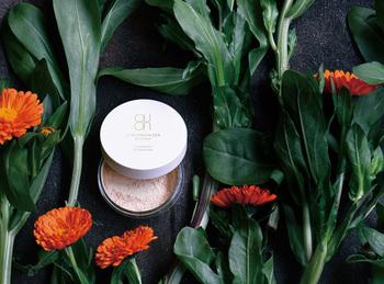 肌を再生、保湿、保護するための大和茶の茶葉、茶花、茶実のほか、国産のカレンデュラ(トウキンセンカ花エキス)、ローズヒップを配合した、お肌に優しいBBパウダーです。軽い付け心地で、SPF50+、PA ++++の頼もしさがあります。