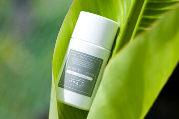 お肌の負担となる界面活性剤・シリコン・オイル・紫外線吸収剤を100%カットした日焼け止めです。無香料に加え、石けんだけですっきりと洗い流せる、とことんお肌にやさしい日焼け止めです。