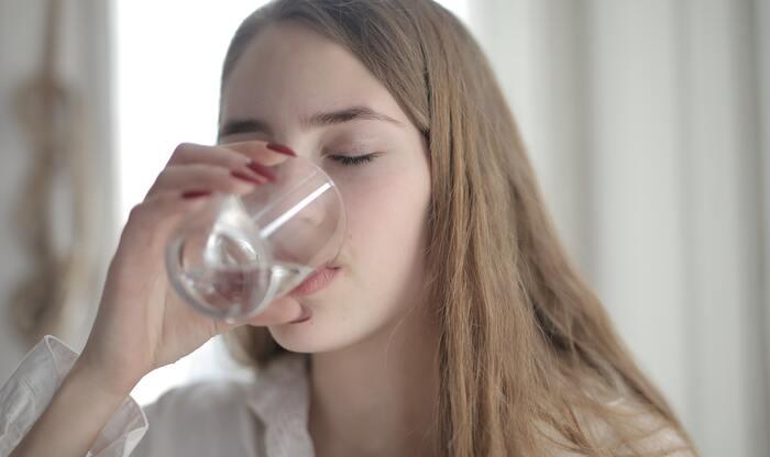 喉が乾けば一気飲みしたいと思うかもしれませんが、体内に急激に水分が蓄積されるとその分代謝が悪くなります。気圧変化によって体調が悪くなりやすい人はぐっと我慢して、ゆっくり少しずつ飲むことを心がけてください。また、温度も冷たい飲み物を飲むとそれだけ体も冷えて代謝が悪くなるので、温かい飲み物もしくは常温の飲み物を飲みましょう。