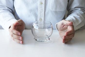 """「normann COPENHAGEN(ノーマン コペンハーゲン)」の""""Rocking Glass(ロッキング グラス)""""は、グラスの常識を覆す斬新なデザインが魅力。プロペラ機で使用されていたグラスからヒントを得て、あえて、ゆらゆらとゆれるユニークなデザインになっています。"""