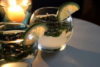 グラスの底面に丸みを持たせ、ゆらゆらと揺れるのに、中身が溢れることのない機能的なデザインです。一人で楽しむもよし、パーティーなどでお友達や家族と楽しむもよし、常識にとらわれない北欧らしいアイテムですね。