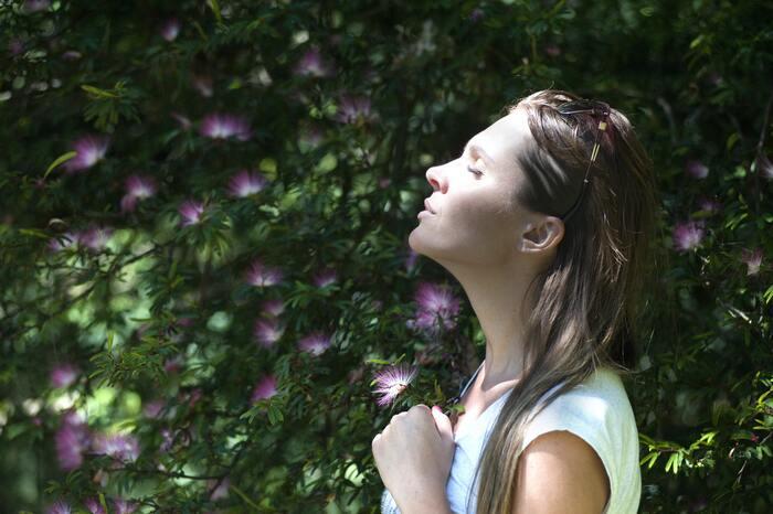 ストレスや体調不良の時は、体が緊張状態にあるので呼吸が浅くなっています。深呼吸することによって、体内に空気が送り込まれ、自律神経がバランスを取ろうと働きが良くなっていくんです。特に朝、起きた時に深呼吸をすると体内サイクルが正常に働きやすくなり、生活リズムが整いやすくなります。