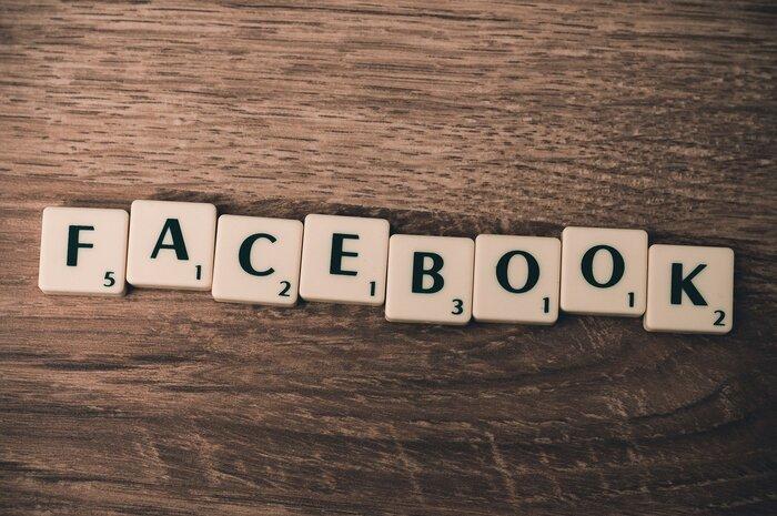 Facebookは非匿名性(実名)のサービスで、友達や仕事仲間を見つけやすく、画像付きの投稿が文字数制限なしでできるので自由度の高いツールといえます。  シェア機能で情報が拡散されていくシステムとなっており、ページインサイトという閲覧数などを分析できる機能を利用して、企業などフォーマルな用途で使われることが多い印象です。