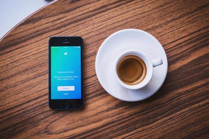 Twitterは、世の中のトレンド(流行)や最新の話題などをリアルタイムで知れるプラットフォームです。  リツイートやいいねなどでどんどん広まる、拡散力と影響力が他のSNSに比べてずば抜けていて、企業の広告や宣伝活動の場として使われることも。一方、ニックネームでの発信のため匿名性が強く、文字数制限も280文字(半角)までと手軽に投稿できる所がTwitterの人気の理由です。