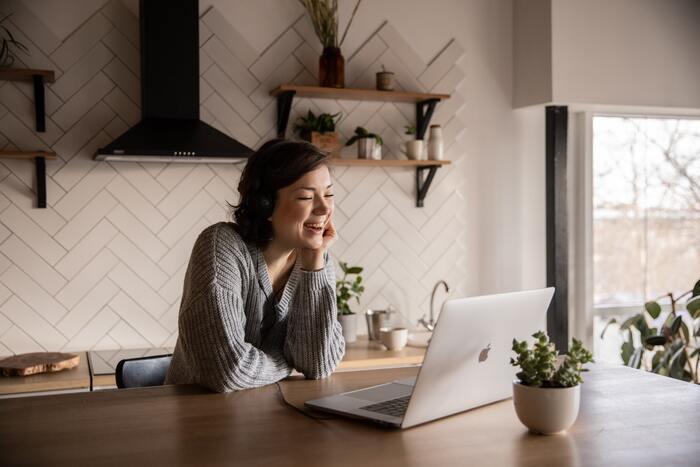 SNSは私たちの生活の一部とも言えるとても便利なツールです。ただし便利な反面、負の感情に流されがち。そんなときは一旦SNSをお休みして、自分に合ったSNSとの付き合い方を見つけることも大切です。人を笑顔にする、見ていて笑顔になる、そんな笑顔のあふれるコミュニケーションツールとしてSNSを使えるように、ご参考にしていただければなと思います。