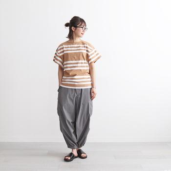 丸いシルエットがユニークなカーゴパンツ。敢えてオーバーサイズなシャツやワンピースを合わせて、ビッグシルエットなコーデに挑戦してみませんか?