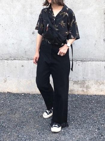 アロハ柄が夏らしい開襟シャツは、ブラックを選ぶと男前な雰囲気。ワントーンコーデにしたことで、スタイル良くまとまっています。