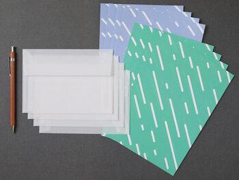 「雨縞(アメジマ)」という手ぬぐい柄をモチーフに作られた「hirari(ヒラリ)」のレターセット。ポップなカラーも爽やかで、夏の暑さに涼を運んでくれそう。粋な柄なので、男女を選ばず送ることができるというのも嬉しいですね。