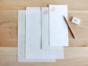 大人として、1つは常備しておきたい縦書きレターセット。装飾の少ないものの方が、使い勝手がよくておすすめです。こちらは、上質な美濃和紙を使ったもの。手触りも味わいがあって、趣を感じさせます。