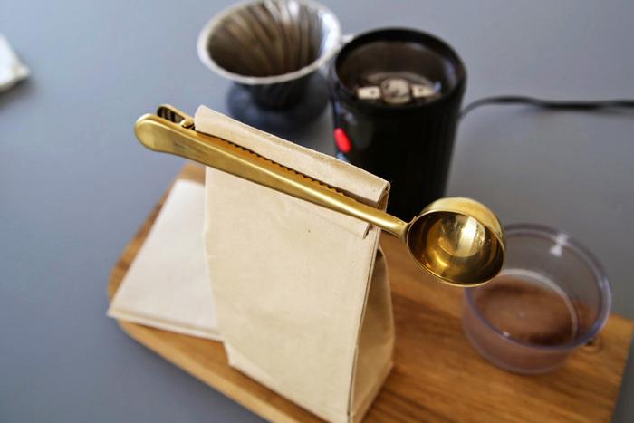 使いかけの食品などを止めるおしゃれなクリップってあまりない中、目に留まったのはこの真鍮のクリップ。さらにこちらはスプーン付きなのでコーヒーや紅茶などの袋を止めるのにおすすめ!キッチンにあえて出しっぱなしにしたくなる可愛さです。