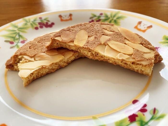 現在は、この旧来タイプの「しおせんべい」に加えて、クッキー風の甘く厚い生地の2タイプが主流です。この二つの生地を土台に、カボチャやリンゴ、胡桃やアーモンド等など、様々な具材を混ぜたり、トッピングしています。 【「佐々木製菓」の厚焼きクッキー風生地の『名代厚焼 アーモンド』】