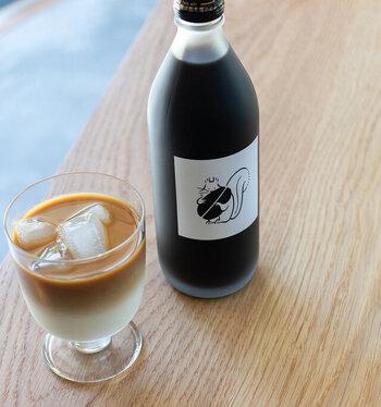 コーヒー豆の鮮度を保つための「生豆セラー」がある、群馬・前橋の自家焙煎スペシャルティコーヒー専門店のカフェオレベースです。牛乳で4倍に薄めて飲めば、12、3杯分のカフェオレが作れます。コーヒー豆を抱える可愛らしいリスのイラストが大人っぽくてプレゼントにもなりそう。