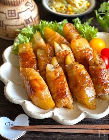スティック状のじゃがいもに粉チーズをまぶし、豚肉を巻いて焼きます。おかずにおつまみにお弁当に、いろいろ使える人気の料理です。肉を巻いた状態で冷凍もできますので、忙しいときに便利です。
