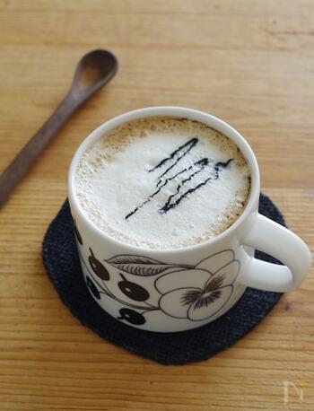こちらは、豆乳と黒ごまの和の素材がマッチしたラテドリンク。ティータイムにぴったりのレシピです。コーヒーも入っているので、いつものカフェラテ代わりにも良いですね。黒ごまは練りごまを使いましょう。豆乳は温めた後で泡立てると、よりカフェメニューらしく仕上がります。練りごまをたらすとさらにおしゃれに♪