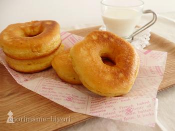 こちらは生地に豆乳を使ったドーナツのレシピ。ふわふわ食感で豆乳のコクが味わえます。冷めると、豆乳ならではのもちっと感がほんのり楽しめます。材料はシンプルで、おうちにある材料で作れてお手軽。揚げ焼きするので、油をたくさん使わなくていいのも嬉しい。仕上げにお好みのデコレーションでアレンジしましょう♪
