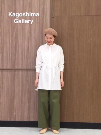 ロングシャツにアースカラーのパンツを合わせて、シックな中にもカジュアルさをプラスして。ベレー帽が加わると、より「らしさ」を感じるコーデになります。