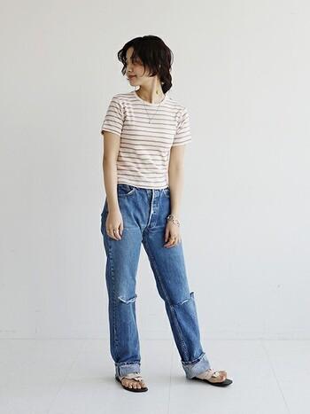 ボーダーのTシャツにデニムを合わせてシンプルに。一見カジュアルなコーデだけど、白ベースに細いラインのボーダー入り、かつ丈の短いレトロなトップスでコンパクトにまとめたルックスは、どこかパリを思わせます。
