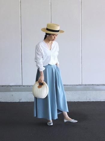 Vネックが涼し気なブラウスは、爽やかな水色のフレアスカートがとってもお似合い。カンカン帽などの夏らしい季節感溢れるアイテムを合わせて軽やかに。