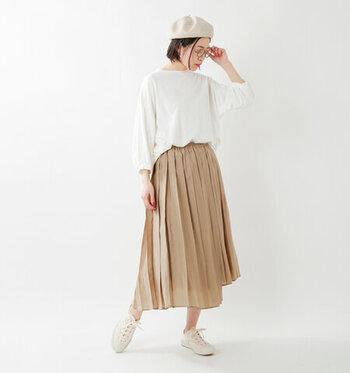 ひだが大きめのプリーツスカートは、シンプルなドルマンスリーブのカットソーと合わせて。スニーカーを履くとカジュアルに見えがちですが、カラーに統一感を出し、ベレー帽などのパリ小物を加えれば、お洒落に仕上がります。