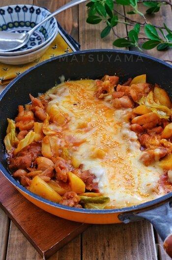 具材を蒸し焼きにして、最後に真ん中にチーズをどっさり入れるチーズタッカルビ。見た目も豪快で、誰にも喜ばれる韓国料理ですね。こちらはケチャップ入りで辛くない味付けなので、子供といっしょに食べられます。