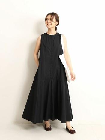 ブラックのサマードレスもバレエシューズを合わせると、どこかパリジェンヌのような雰囲気に。アイテムがシンプルなカラー・形だとパリっぽコーデが作りやすいです。