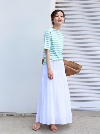 フレッシュなグリーンのボーダートップスには、真っ白なロングスカートを合わせて。シンプルながらも旬な着こなしで、ジャパニーズ&パリジェンヌなコーデに。
