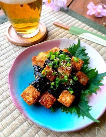 木綿豆腐に薄力粉をまぶして、甘辛のタレを絡めて焼きます。海苔を巻いて美味しさをプラス。