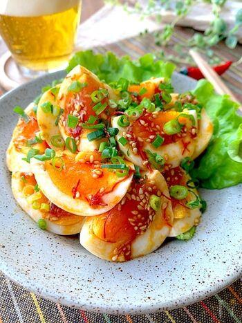 ゆで卵のアレンジおつまみレシピ。中華風にピリ辛に味付けして、仕上げに小口ねぎをちらして彩り良く。