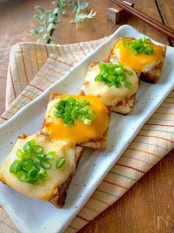 カリッと焦げ目をつけた厚揚げに、炒めたしゃきしゃきのエノキ&とろけるチーズをのせて焼いて。ビールに合うこと間違いなし!ですね。