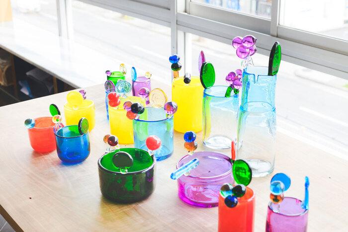 2019年に逝去したガラスデザイナー、オイバ・トイッカ氏とは、数多くのオリジナルを開発してきた。彼がデザインした代表作のうちのひとつ「バーズ バイ トイッカ」コレクションは、世界中に熱狂的なファンをもつ。写真は1968年に作られたアートピース「Pampula vase」(通称・ポムポム)をもとに、全19種類を2年かけてスコープが復刻したもの