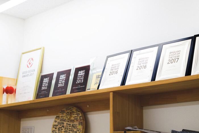 創立当時から出店している「楽天市場」。毎年、約4万店の中から選ばれる「Rakuten SHOP OF THE YEAR」でも入賞常連。楽天のショップは、レビュー数約17000件に対し、☆4.81と高評価をキープしている