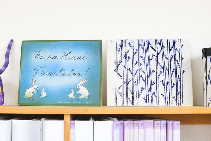 左は画家のヘルヤ・リウッコ=スンドストロムさんが平井さんに贈ったもの