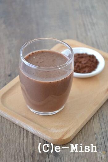 お米とココアは意外な組み合わせかもしれませんね。こちらは、ライスミルクで作るココアのレシピ。ココアは無糖のものを使うので、甘さはお好みで調整できますよ。こちらのレシピではきび砂糖を使用していますが、砂糖の種類はアレンジ可能。よりヘルシーを目指して工夫してみるのもおすすめです。先に粉類を混ぜて、ライスミルクは少しずつ加えるのがコツ。ホットでもアイスでもOKです♪