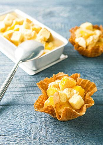 アイスクリーム屋さんのデザートをおうちでも再現!こちらは市販のバニラアイスにカットしたマンゴーとスポンジケーキを混ぜ込むだけ。ワッフルボウルに盛り付ければ、簡単なのに立派なスイーツに仕上がります。