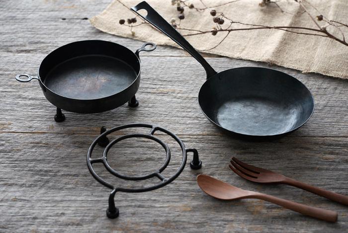 同じ鉄製デザインの片手のフライパン、鍋敷きもラインナップ。料理がグッと映えるシームレスな見た目で、ワンランク上をいく、カフェ風の食卓に。