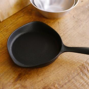 柳宗理がデザインした鉄器ミニパン。可愛らしくも、美しくもあるユニークな形は、使うほどに使い勝手の良さを感じます。  目玉焼きとソーセージを作るのにもちょうどいい、朝食作りにも重宝するコンパクトなサイズ。スキレットのように食卓にそのまま出しても圧迫感がなく、お皿の1つとしても使いやすい一品です。