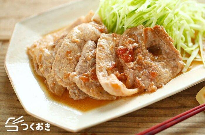 豚肉は疲労回復に一役買うビタミンBが豊富に含まれるので、夏にはぜひ取り入れたい食材。梅干しと一緒に焼くと、また新たな味わいを体験できるはず。  種を取って叩いた梅ペーストとポン酢を混ぜた調味液に豚肉を2〜3日漬け込み、焼くだけの簡単レシピ。生姜焼き感覚で、メインのおかずとしても。しっかり栄養を取りたい時に、特におすすめです。