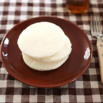 こちらも同じく、ライスミルクと米粉のコンビで作るレシピ。真っ白のパンケーキです。卵不使用なので、卵アレルギーの方にもおすすめ。油は必要に応じて加えればOKですので、生地がくっつきにくいフライパンを使えばオイルフリーでよりヘルシーに作れるでしょう。材料を混ぜて焼くだけで、とっても簡単。そのままでもいいですが、ぜひお好みのトッピングと一緒に召し上がれ♪