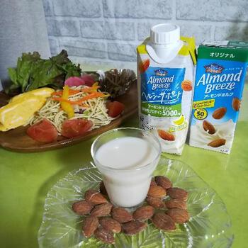 """アーモンドミルクは、主にアーモンドと水を使って作ります。市販の商品にはいろいろな種類があり、砂糖入りや砂糖なし、フレーバーが楽しめるものなどさまざま。豆乳に続く""""第3のミルク""""として、栄養面でも注目されています。ちなみに、ナッツのミルクはアーモンド以外にも、クルミミルクやマカダミアナッツミルクなど数種類あります。ぜひほかのナッツミルクも試してみてくださいね♪"""