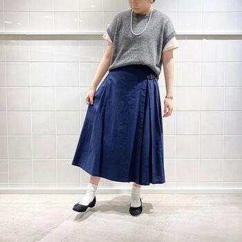 サイドからバックにかけてプリーツが施されたデザインが、クラシカルな印象のプリーツスカート。ソックス×パンプスでレディにまとめると雰囲気ある着こなしに。
