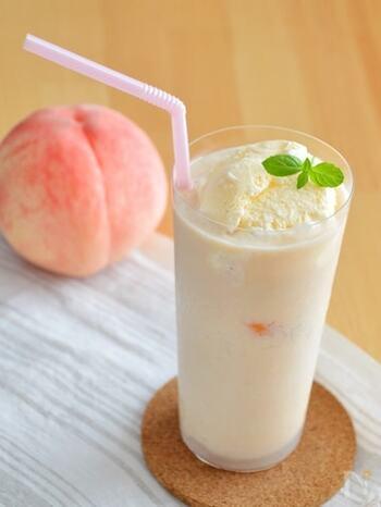 夏らしいフレッシュな桃を使ったフロートドリンクのレシピ。贅沢に桃をまるごと使っているので、しっかりと桃の味わいを感じられます。バニラアイスを浮かべればデザート感もばっちり♪