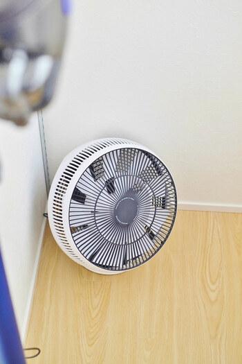 風がなく、部屋の空気がこもっていると室温も下がらず、寝苦しくなってしまいます。そのため、サーキュレーターで寝室の空気を循環させましょう。気流がうまれるとふんわりと風が体にあたり、汗を蒸発させてくれるので眠りやすくなります。