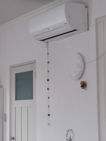 """エアコンの除湿運転でも湿度を下げられますが、除湿すると""""室温""""も下がってしまい、肌寒く感じることも。部屋が冷えてしまうのを避けたい場合は、『再熱除湿』という機能を使うのがおすすめ。部屋の温度を下げずに湿気だけを取ってくれます。お使いのエアコンに再熱除湿機能があればぜひ試してみましょう。"""