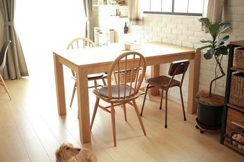 食べ物を扱うテーブルは常に清潔にしておきたいですよね。テーブルの上にはなるべく物を置かず、水拭き&除菌がしやすい状態を保ちましょう。油汚れには「重曹水」、手垢などのたんぱく汚れには「セスキ炭酸ソーダ水」が効果的ですよ。