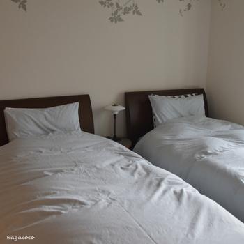 布団は寝汗などで湿気を吸っているので、定期的に天日干しをしましょう。干しにくい枕は100円ショップなどで、専用グッズもあります。湿気を逃がしてあげないとカビの原因になりますので、お天気のいい日を狙ってやりましょう。